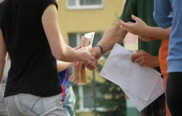 handshakes-930178_640